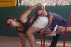 Teresa Bruno dutrante improvisazione con un bambino